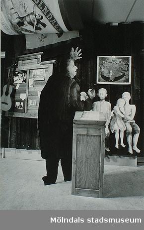 Barnauktion utanför Olas stuga, Lindomesnickeriet, 30-tals köket i korridoren. Detta var en del av Mölndals museums basutställning t.o.m år 2001.