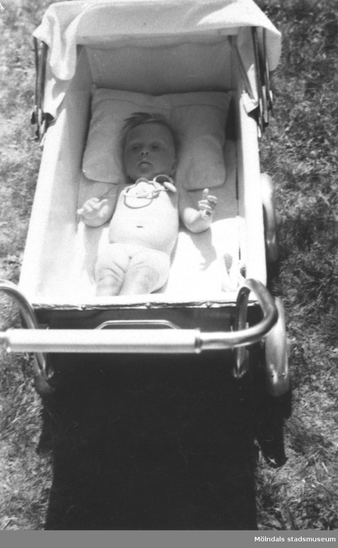 Karin Hansson f. Pettersson ligger i sin vagn. Torrekulla gård 1947.