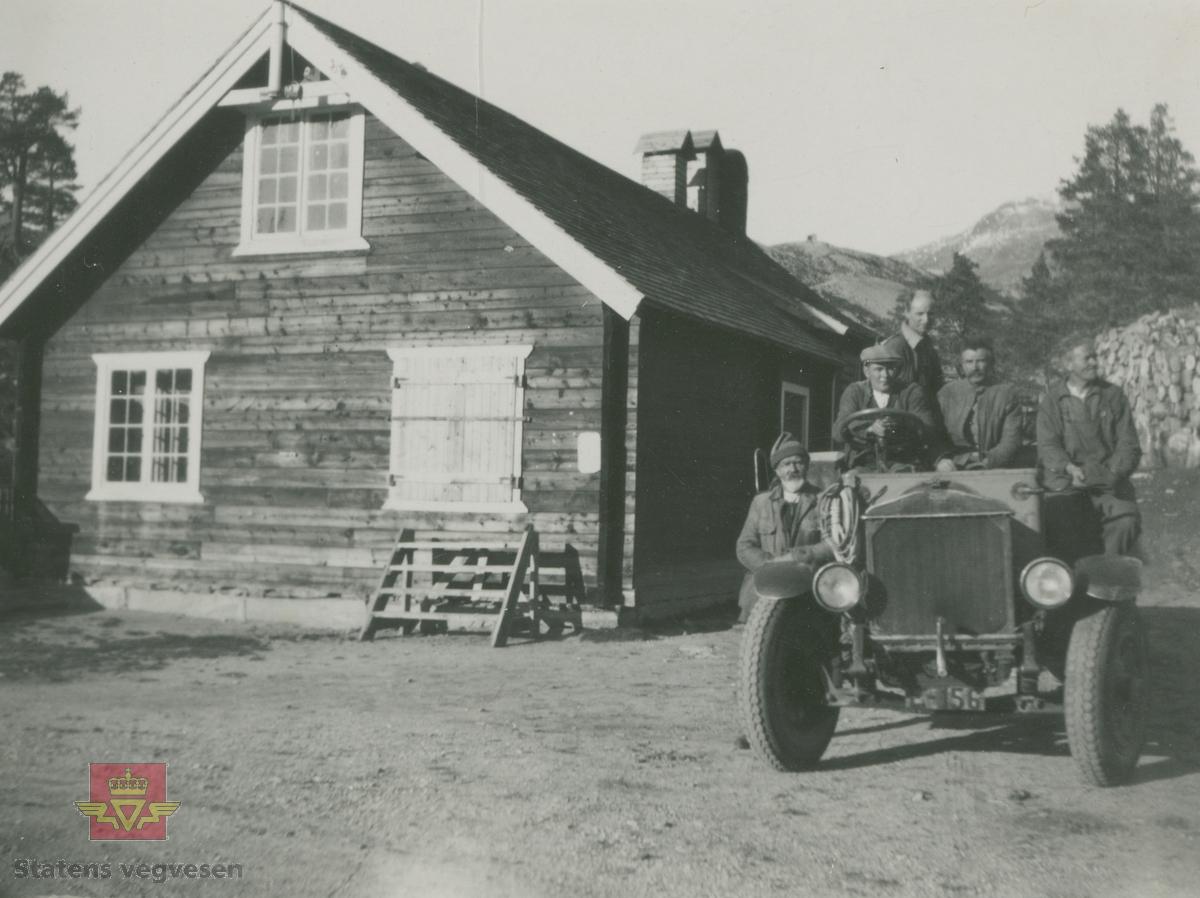 """Album fra 1929-1943. """" Stålbjelketransport  forbi Vågåmo"""". Knyttes til bildene NVM 00-F-32865, NVM 00-F-32866, NVM 00-F-32867.   24.06.2015: """"Federal E-156 i fra A/S Skjaakbilene.   25.06.2015: A/S Skjaakbilene ble etablert i 1919. De overtok da en Opel lastebil  i fra  Skjaak almenning. I bilsakskyndig A. Skaar sin regprotokoll ble bilen da tildelt regnr. E-156. Bilen ble solgt i 1921  og E-156 ble overført til en Federal med samme eier.  I reglistene for 1925 og 1930 er det fortsatt en Federal på dette  regnr.  Bilen på bildet er en tidlig 20 talls Federal.  25.06.2015: Årsmodell 1923 iflg. Norges Bilbok 1935, hvor den fortsatt står på samme eier. Merke og årstall stemmer med Tad Burness: American Truck Spotter's Guide 1920 - 1970."""