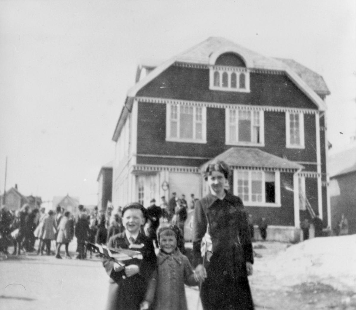 Bildet er tatt foran Trygve Daldorff's hus 17. mai 1939-40. Lilly Rolfsen  med barna Finn og Margrethe.