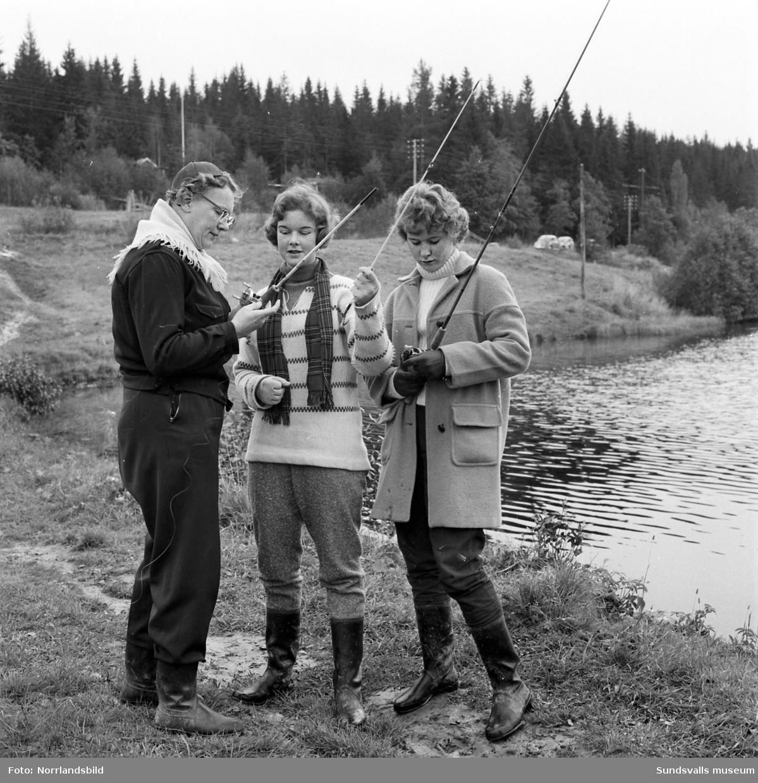 Sportfiskande flickskoleklass vid Vintertjärn.