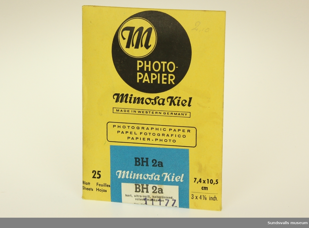 Gult kuvert innehållande 25 stycken fotopapper med vit och blå etikett.