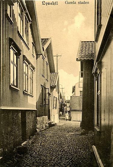 """Enligt uppgift på vykortet: """"Lysekil Gamla staden""""."""