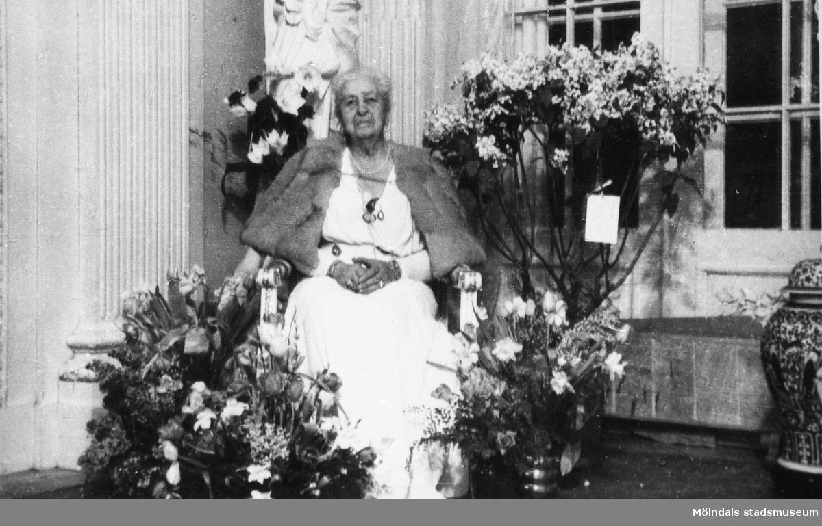 Hilda Sparre uppvaktas på sin 80-årsdag, 21 februari 1948.