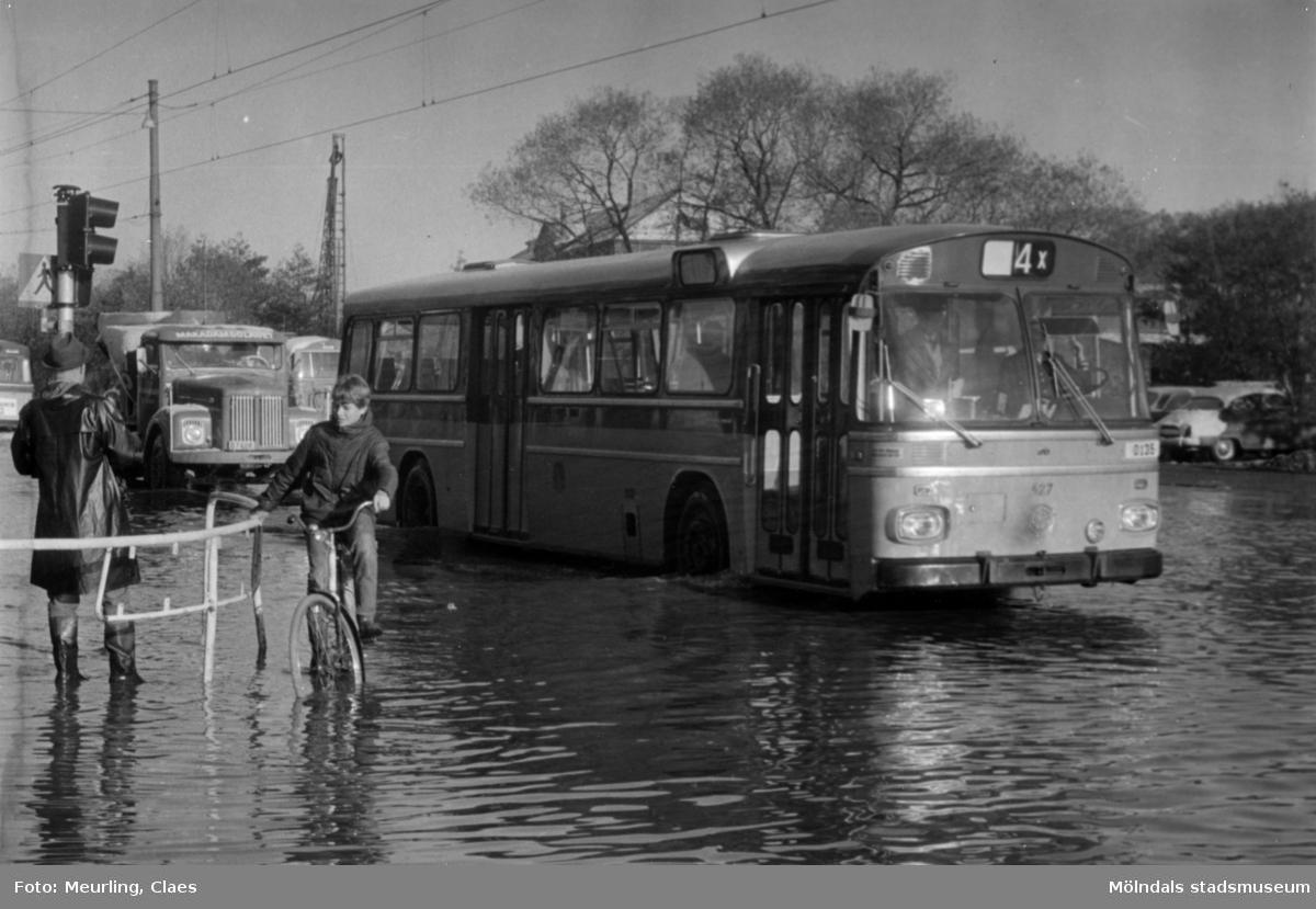 Mölndalsån svämmar över. 4:ans spårvagn utbytt mot buss 1967.