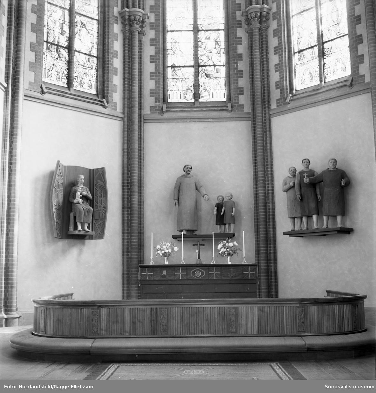 Skulpturgrupp vid altaret i Gustav Adolfs kyrka i Sundsvall. Bilden var omslagsbild i tidningen Vår kyrka.