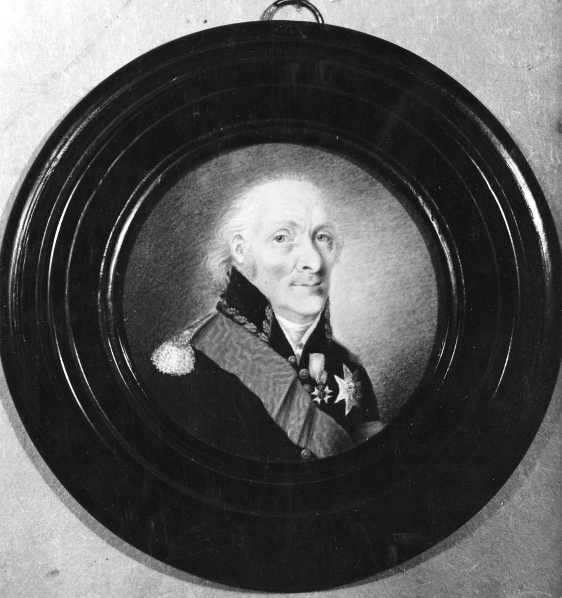 Porträtt i miniatyr på elfenben av skeppsbyggmästaren och varvsamiralen Fredrik Henrik af Chapman iförd uniform med ordnar. Chapman föddes 9 september 1721 och dog 19 augusti 1808.  Porträttet är målat då Chapman var 87 år.  Svart rund ram.