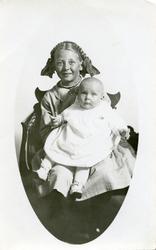 Portrett av to jentebarn foran lerret.En baby og en yngre pi