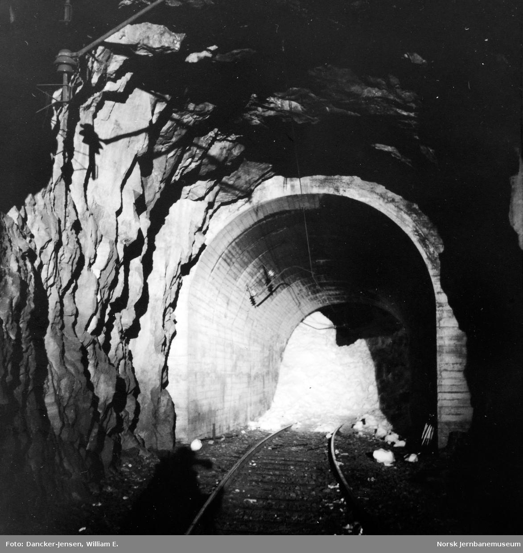 Snøras foran tunnel ved Kårdal på Flåmsbana
