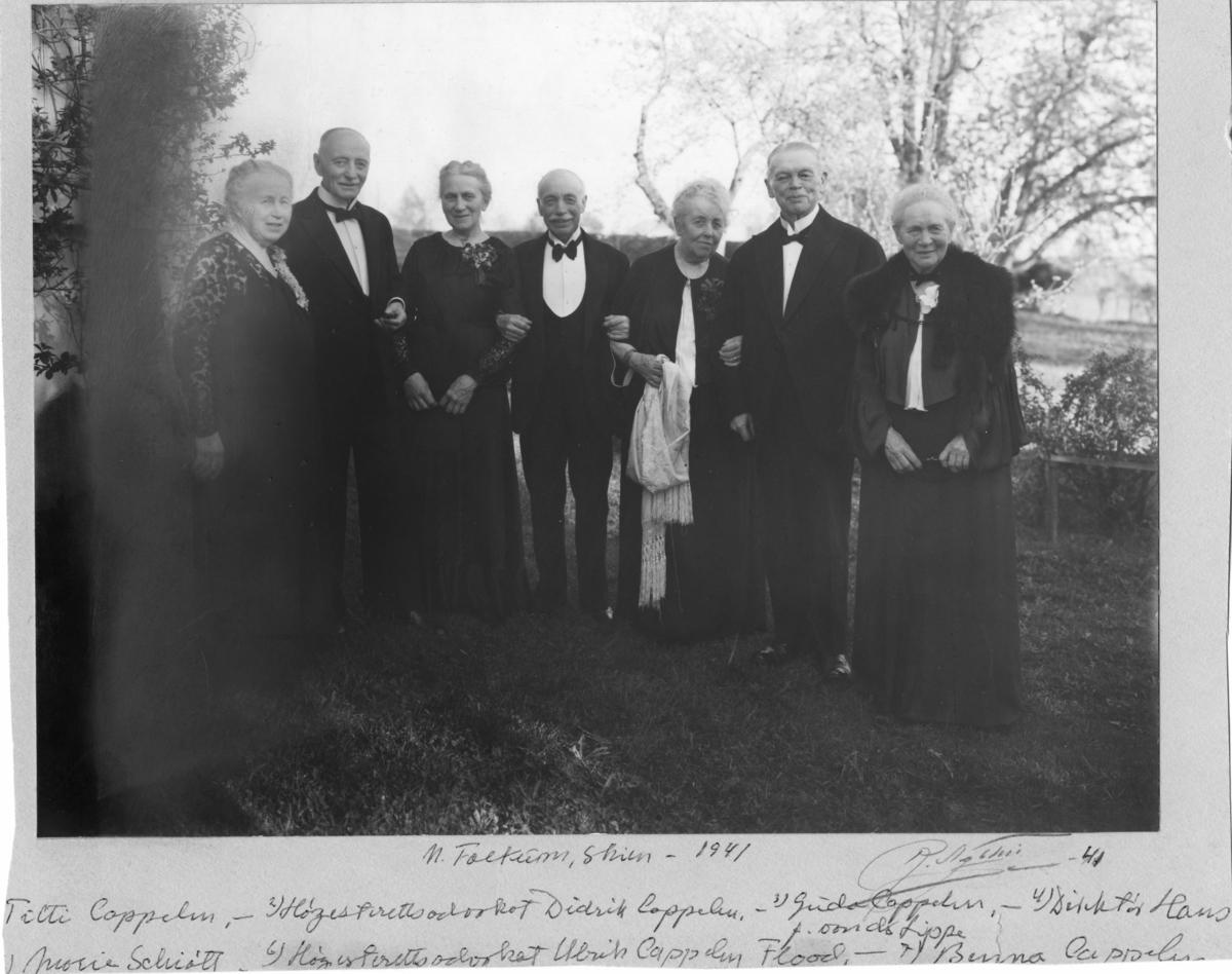 Fotosamling etter Cappelen. Gruppebilde tatt ved gården Nordre Falkum, Skien, 1941.