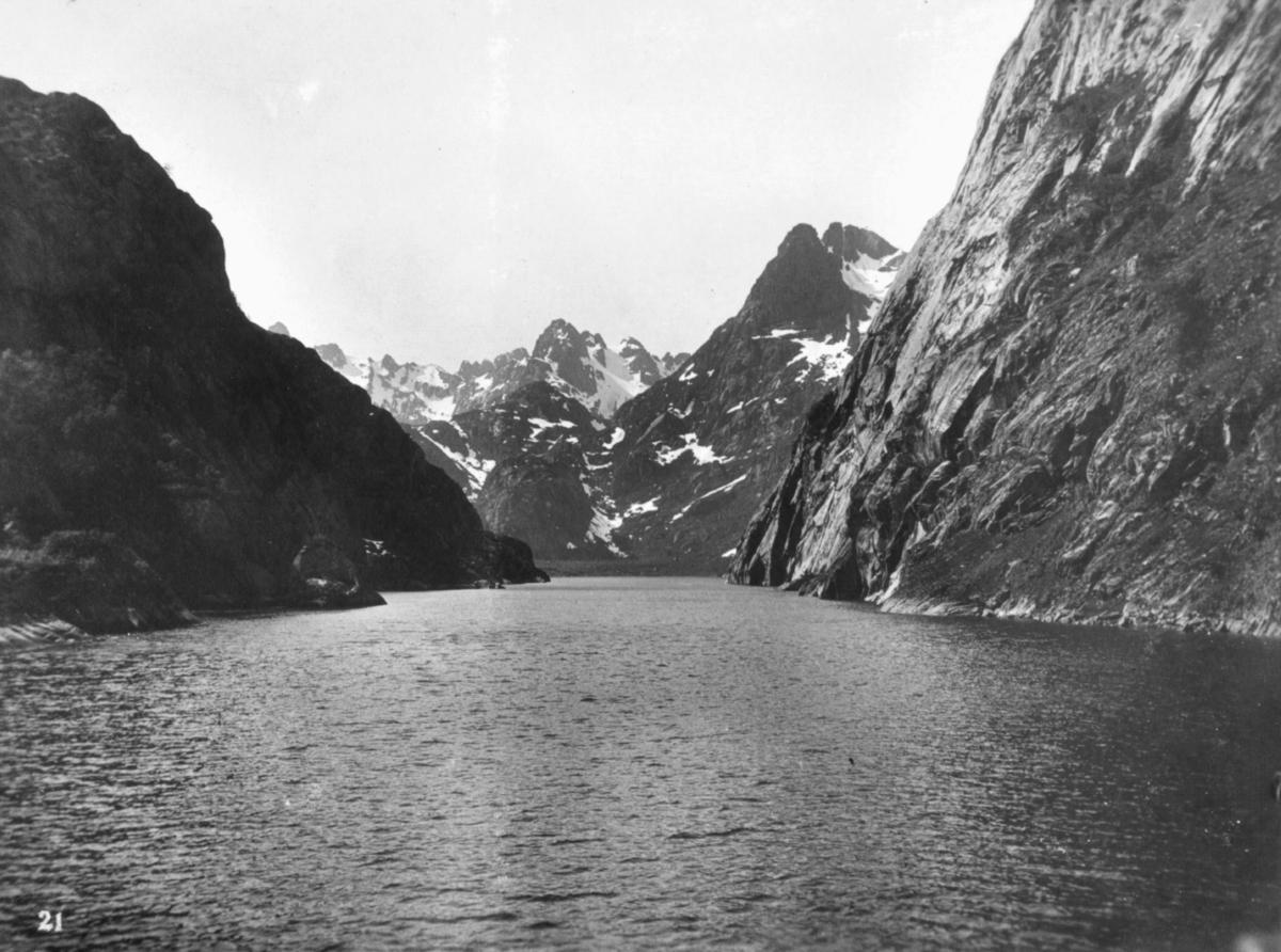 """""""Troldfjorden."""" Trollfjorden ligger i Nordland, en 100 meter lang smal fjordarm i Raftsundet. På godværsdager seiler Hurtigruten inn i selve fjorden, der skipssidene nesten stryker inntil tindene som er over 1000 meter høye."""