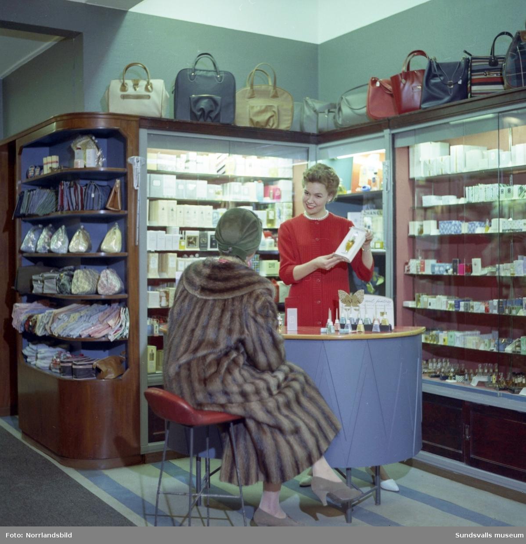 Interiörbilder från Strömbergs färghandel med personal i parfymeriavdelningen.