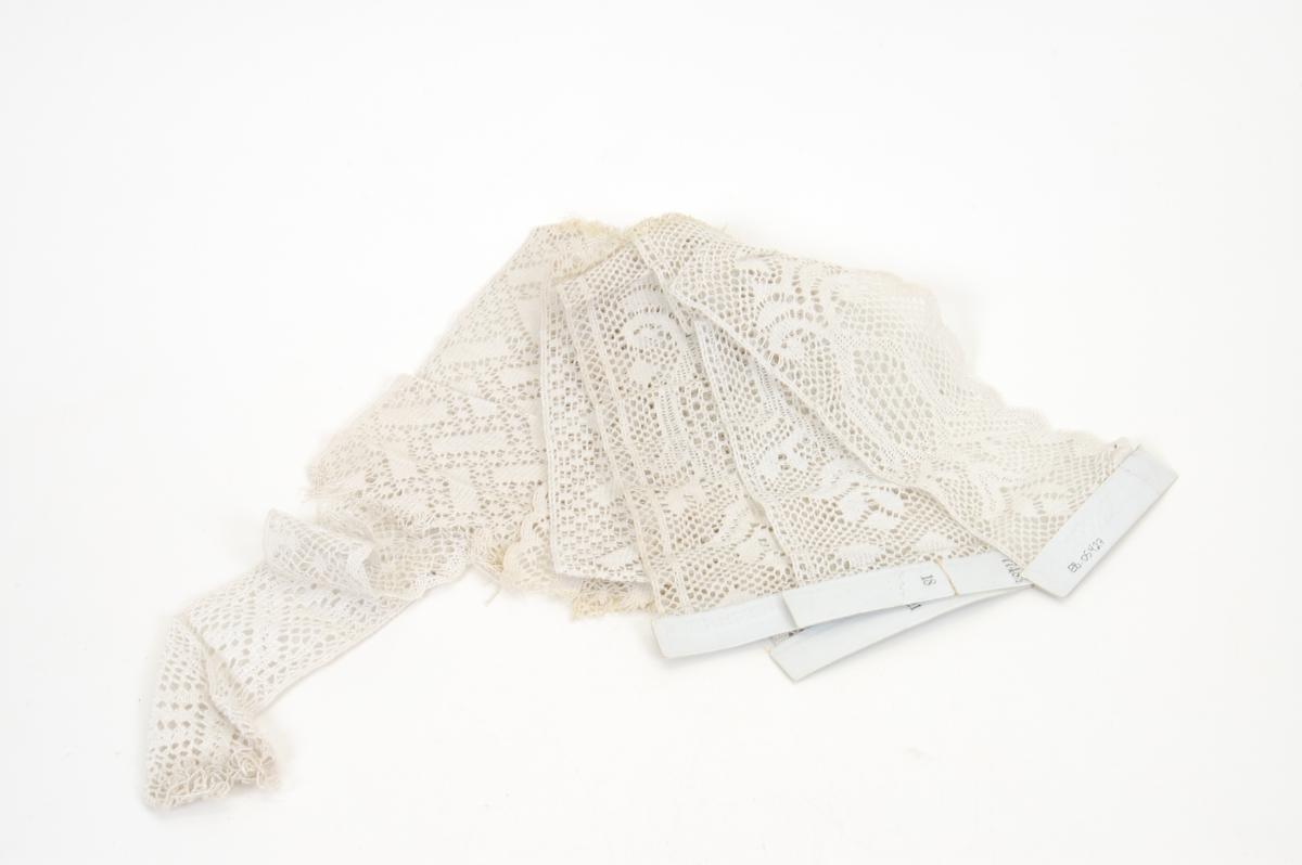 Form: bånd i ulike bredder og lengder, men typisk vareprøver, noen festet til papp