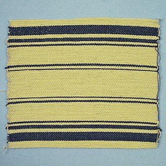 Dessa fyra vävprov är vävda i korskypert med oblekt lingarn i varpen, olika randningar i inslaget med cottolin och bomull. WLHF-0119:1 Har två breda ränder med ljusgrönt, tre lite smalare ränder med mörkgrönt och smalare ränder i blekt gult rött. Mäter 230*230mm. WLHF-0119:2 Har bredare ränder i gult och grönt med samlare ränder i svart och lila. Mäter 185*230mm. WLHF-0119:3 Har en botten i gult med enbart svarta ränder i olika bredder. Mäter 195*230mm. WLHF-0119:4 Har en randning med blått, ljusgrönt, rött och gult. Det dominerande är i blått och rött. Mäter 190*230mm.
