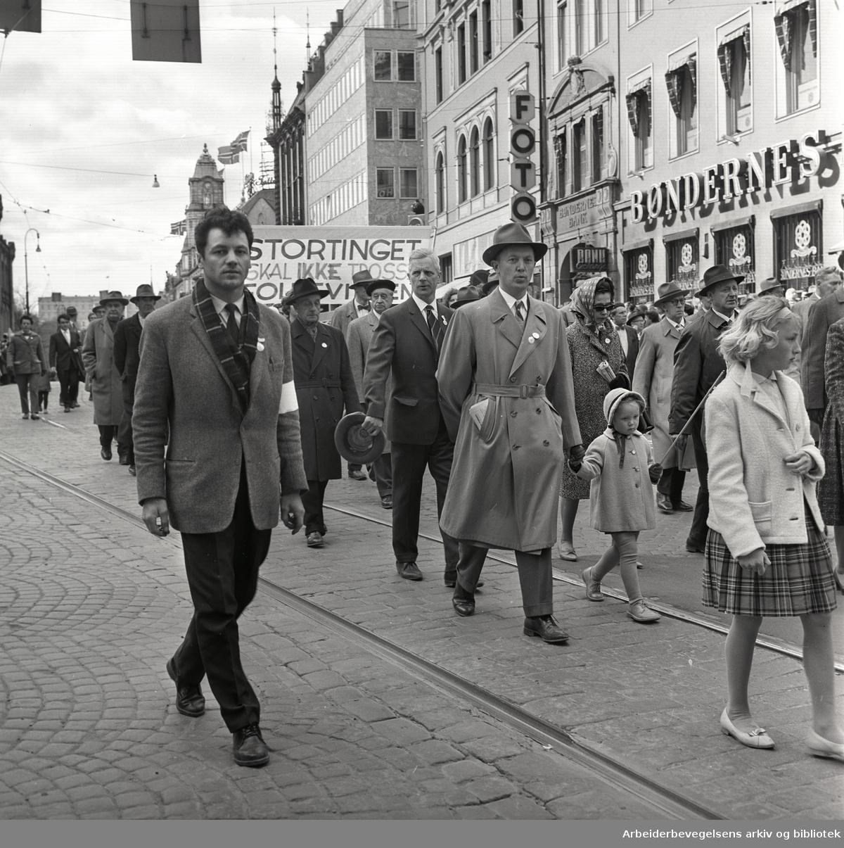 """1. mai 1962 i Oslo.Demonstrasjonstog arrangert av """"Faglig aksjon mot Fellesmarkedet"""" med støtte fra Sosialistisk Folkeparti (SF) og Norges kommunistiske parti (NKP)..Parole: Stortinget skal ikke trosse folkeviljen."""