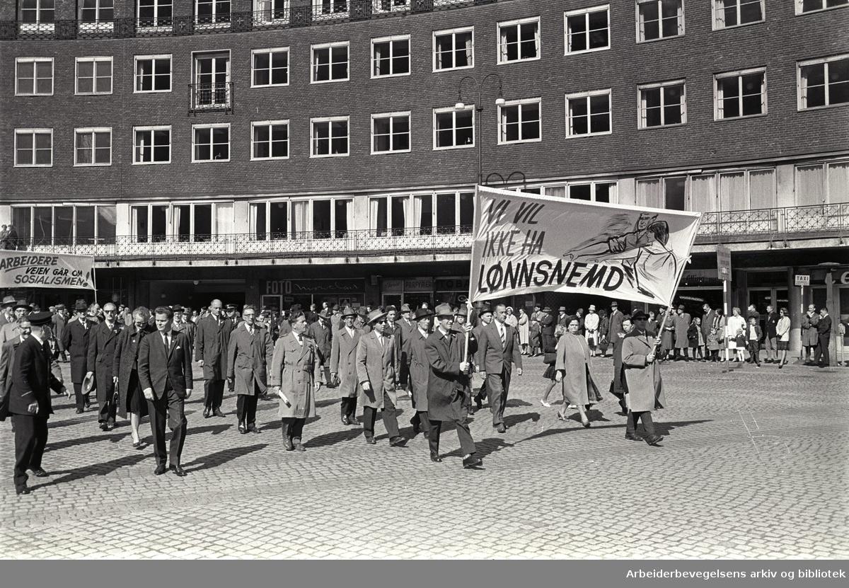 1. mai 1964 i Oslo.Demonstrasjonstoget ved Rådhuset.Parole: Vi vil ikke ha lønnsnemd.