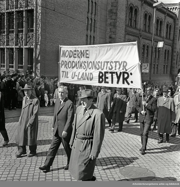 1. mai 1964 i Oslo.Demonstrasjonstoget i Karl Johans gate.Parole: Moderne produksjonsutstyr til U-land betyr: