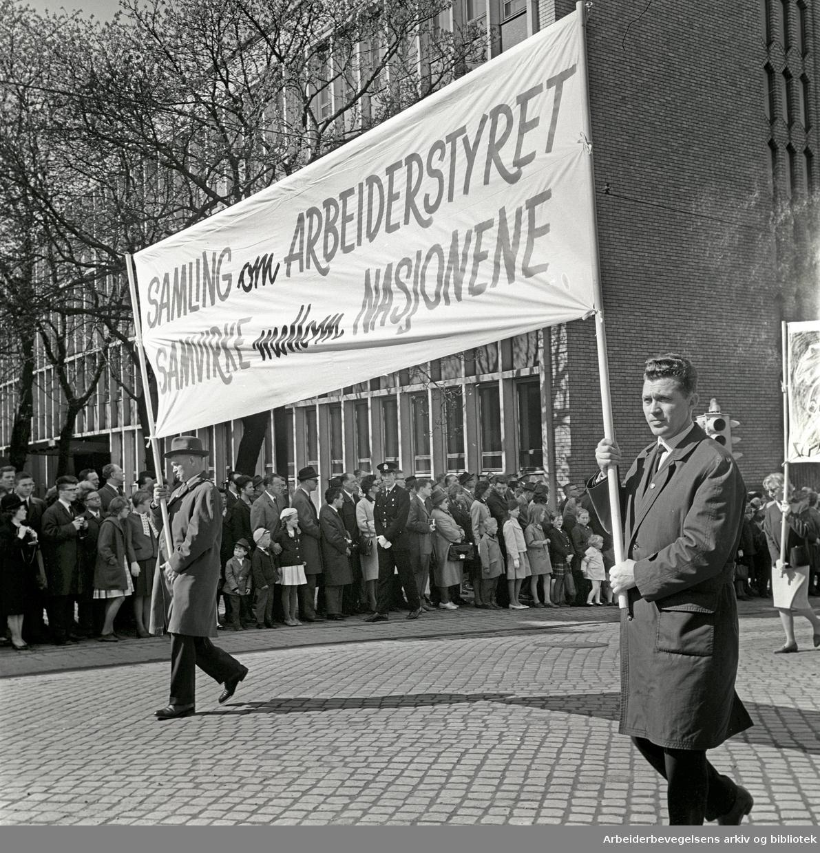 1. mai 1964 i Oslo.Demonstrasjonstoget i Karl Johans gate.Parole: Samling om arbeiderstyret.Samvirke mellom nasjonene