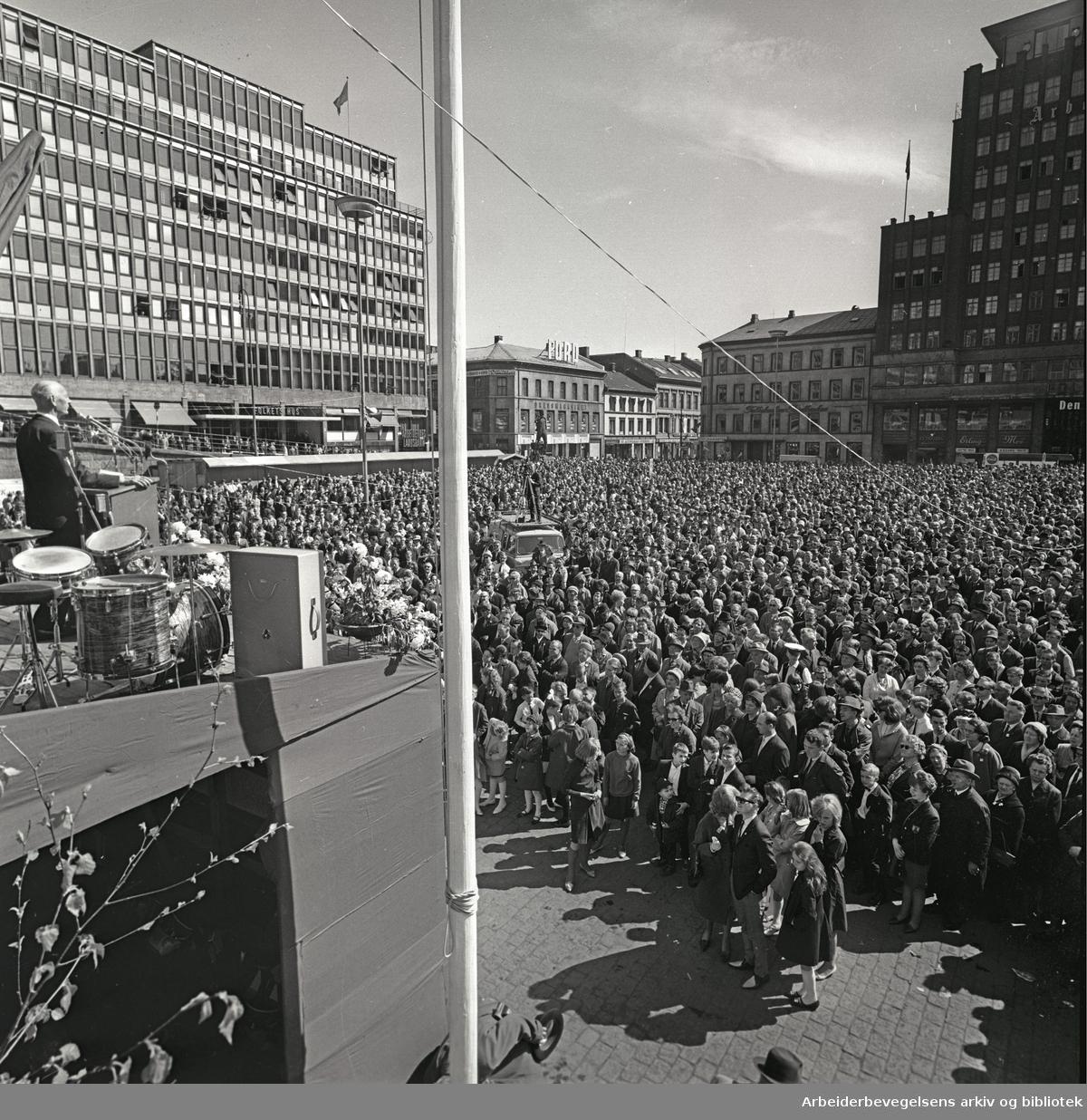 1. mai 1965, Einar Gerhardsen taler på Youngstorget.