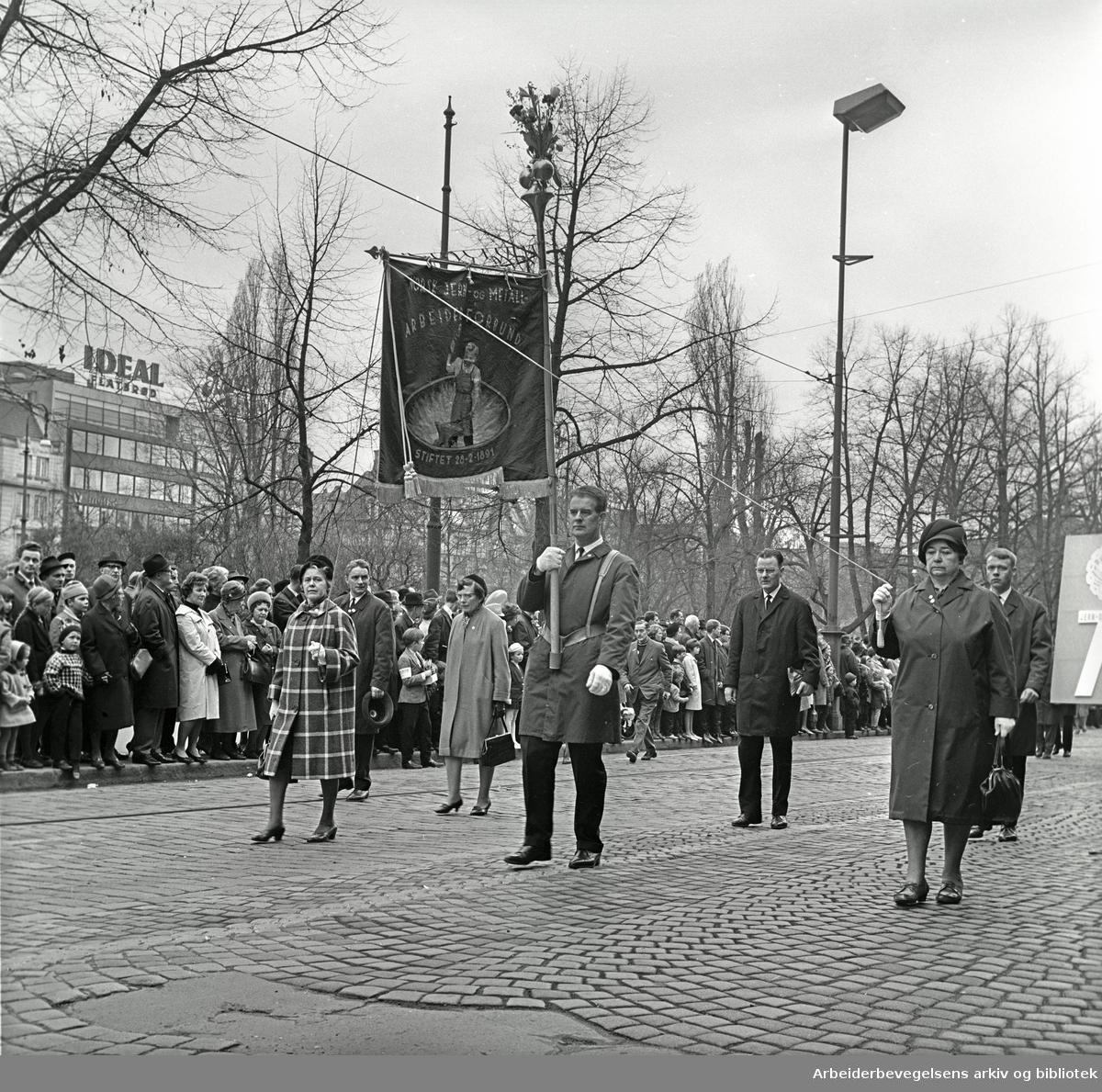 1. mai 1966 i Oslo.Demonstrasjonstoget i Karl Johans gate.Fane: Norsk Jern og Metallarbeiderforbund.Fanebærer: Erland Mikkelsen.