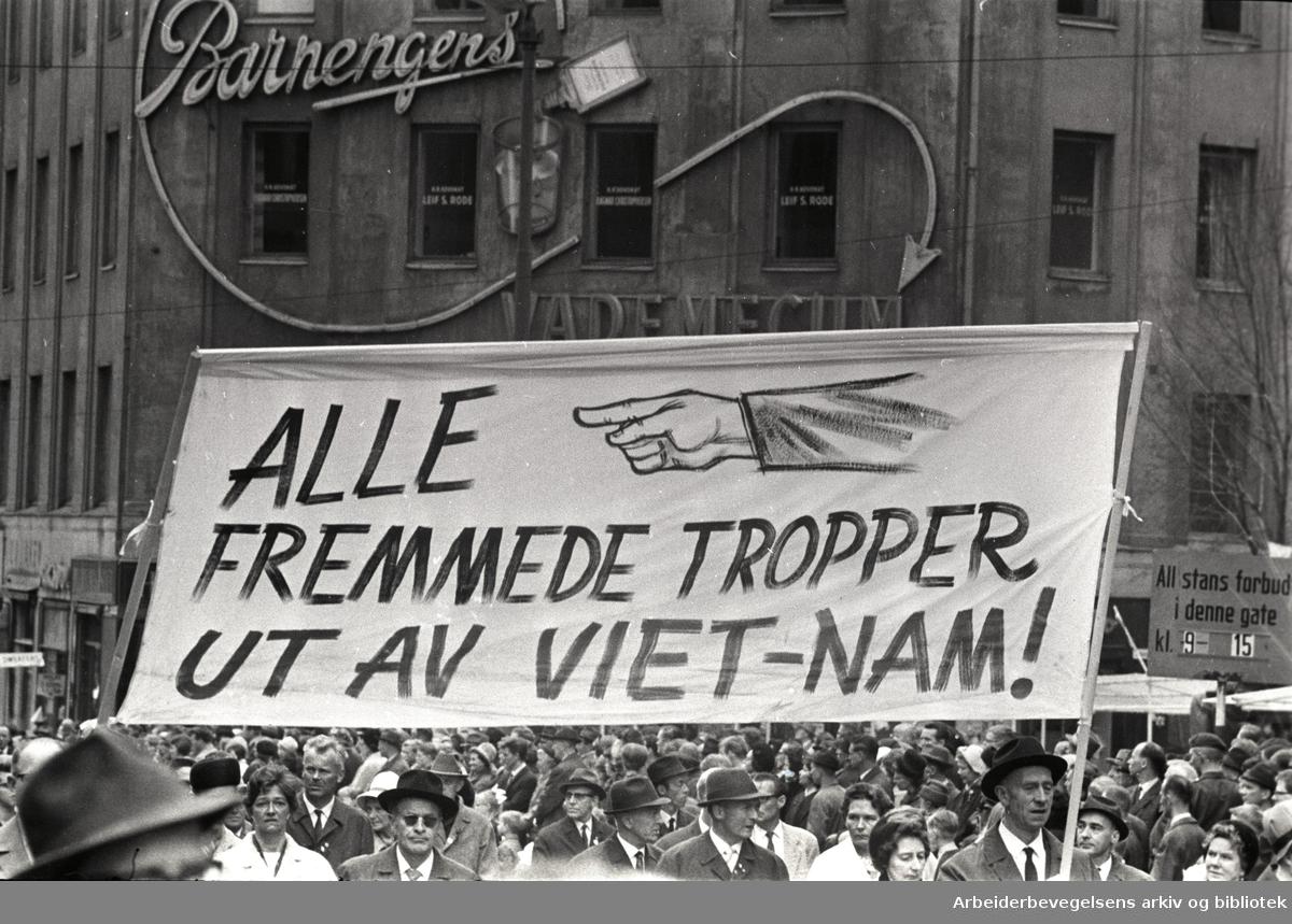 1. mai 1966 i Oslo.Demonstrasjonstoget i Karl Johans gate.Parole: Alle fremmede tropper ut av Vietnam!