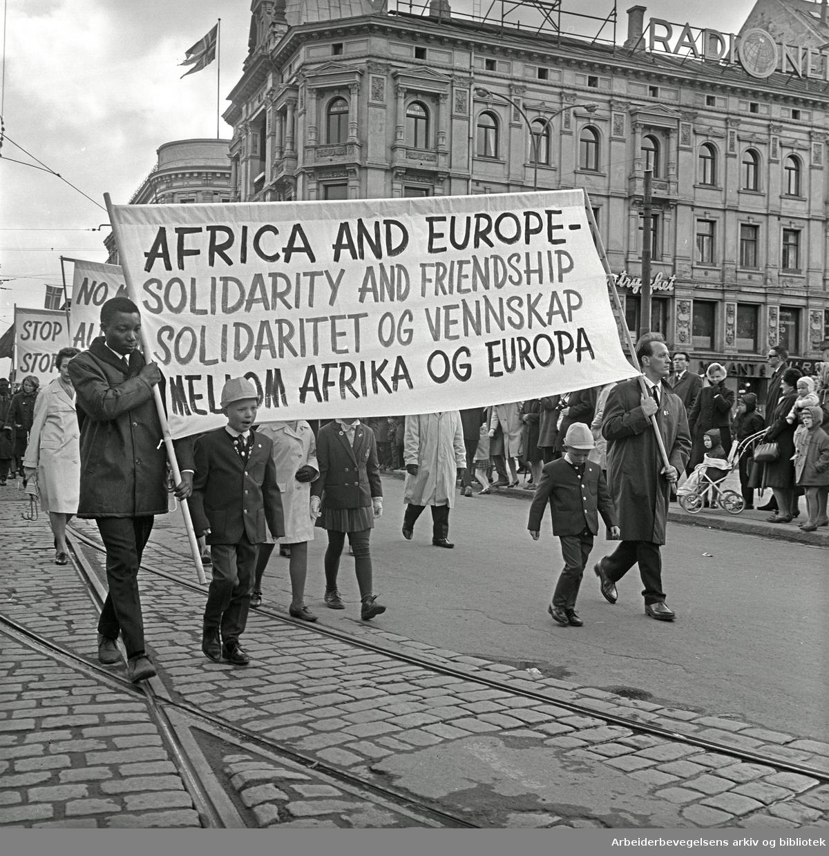 1. mai 1967 i Oslo.Demonstrasjonstoget.Parole: Africa and Europe -.Solidarity and friendship.Solidaritet og vennskap mellom Afrika og Europa..