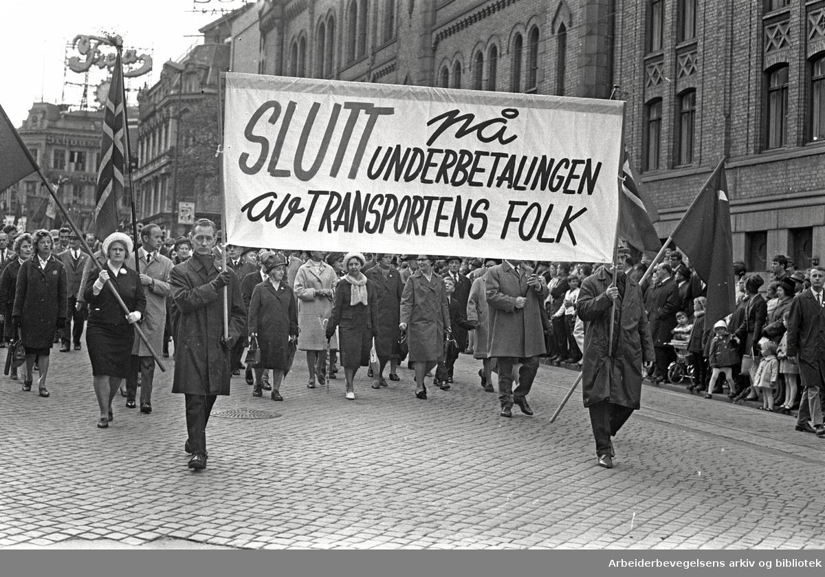 1. mai 1968 i Oslo.Demonstrasjonstoget i Karl Johans gate.Parole: Slutt på underbetalingen av transportens folk.