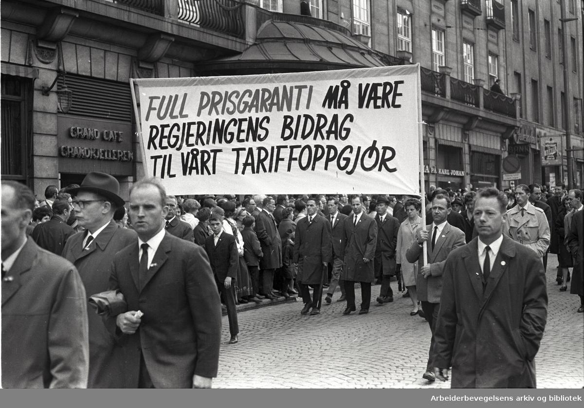 1. mai 1968 i Oslo.Demonstrasjonstoget i Karl Johans gate.Parole: Full prisgaranti må være regjeringens bidrag til vårt tariffoppgjør.