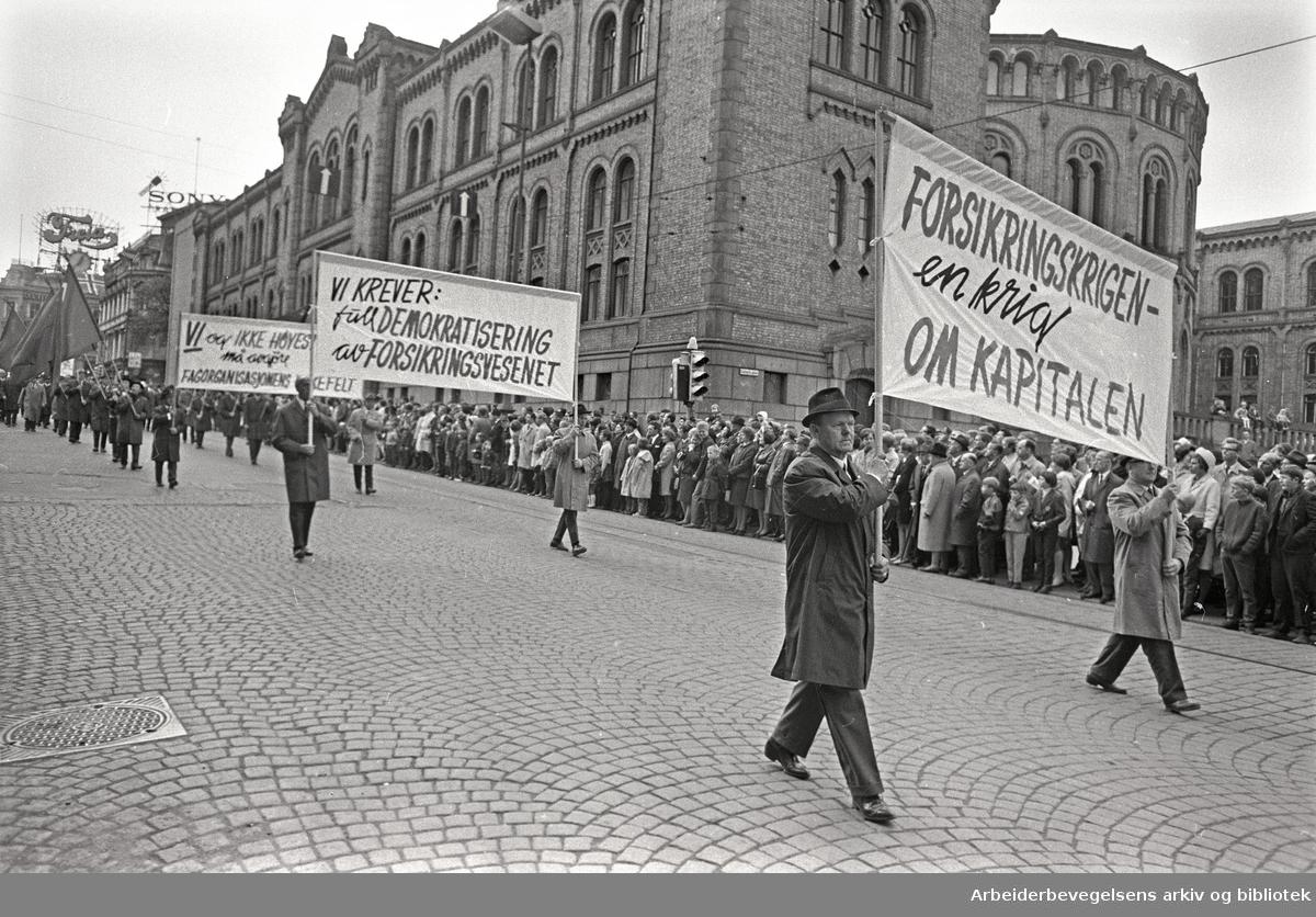 1. mai 1968 i Oslo.Demonstrasjonstoget i Karl Johans gate.Parole: Forsikringskrigen en krig om kapitalen.Parole: Vi krever full demokratisering av forsikringsvesenet..