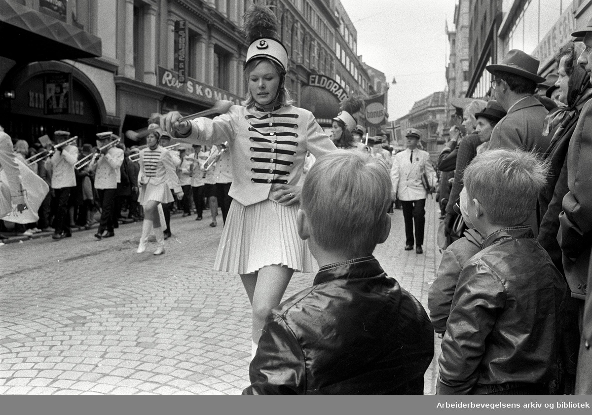 1. mai 1969 i Oslo.Demonstrasjonstoget i Torggata.Drillpiker Sinsen ungdomskorps.