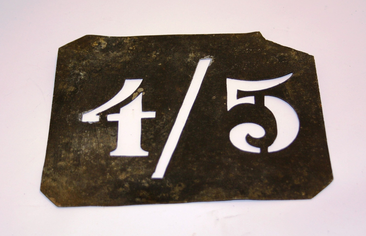 Firkanta plate med utstansa tal