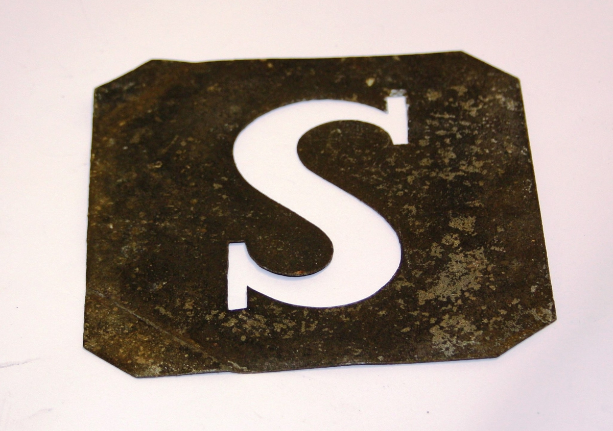 "Firkanta stålplate med bokstaven ""S"" utstansa."
