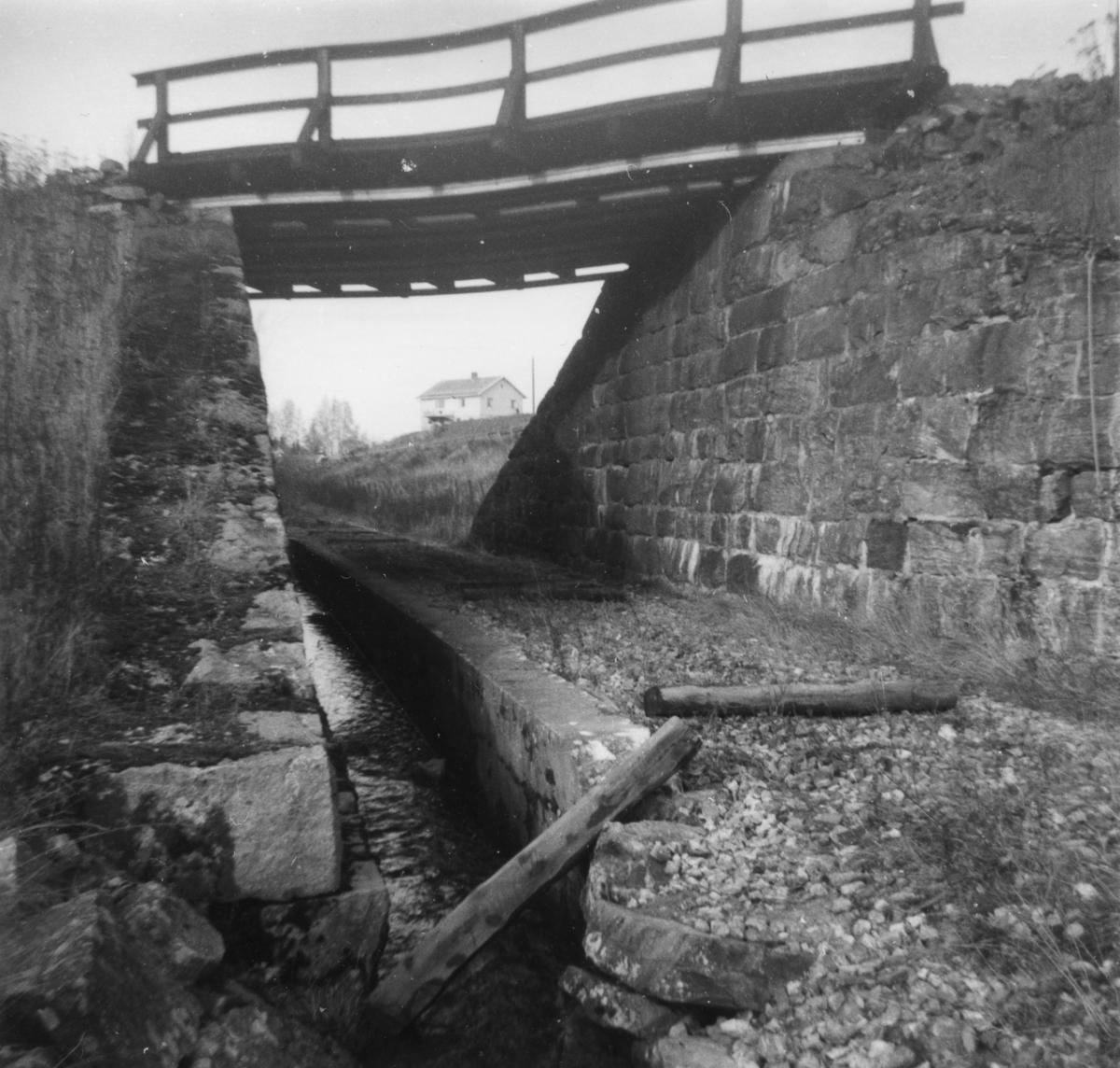 Urskog-Hølandsbanens trase der den krysser under Kongsvingerbanen. Sporet ble fjernet etter nedleggelsen, men ble lagt ut igjen av museumsbanen.