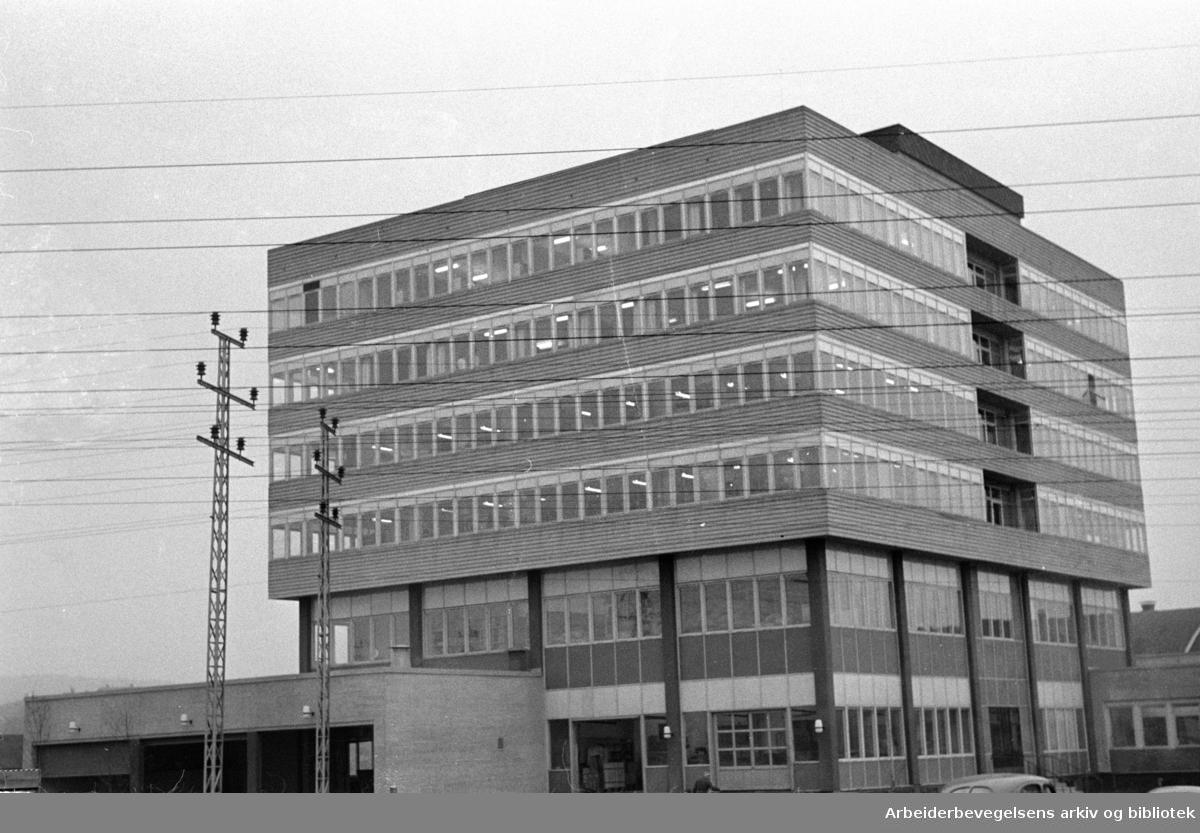 Aktietrykkeriets nybygg på Løren. Eksteriør. November 1958
