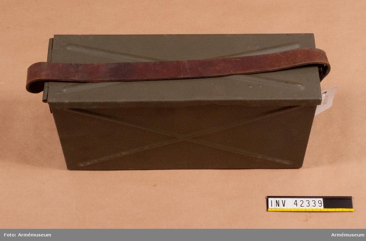 Grupp E IV. Bandlåda till dubbel kulspruta m/1936 för luftvärn. Till kulsprutan finns lavett, två pipor i fodral, vattenlåda, reservdelslåda, riktmedel i låda, två ångslangar, sex bandlådor, två bärband, två stödremmar för bandlåda och kapell.
