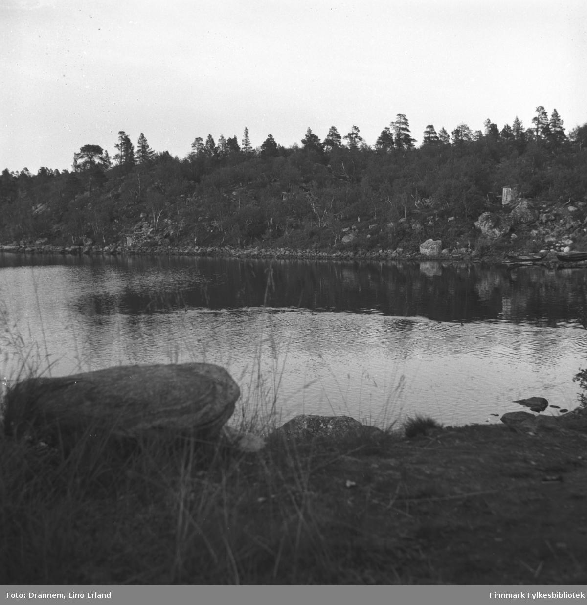 Landskapbilde fra Jääjärvi (på finsk side) i nærheten av Luolajärvi. Til høyre i bildet to robåter ligger ved stranden