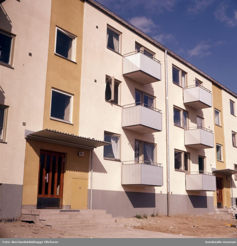 Exteriörbilder och exteriördetaljer på nybyggda flerfamiljsfastigheten vid Vapelvägen15.