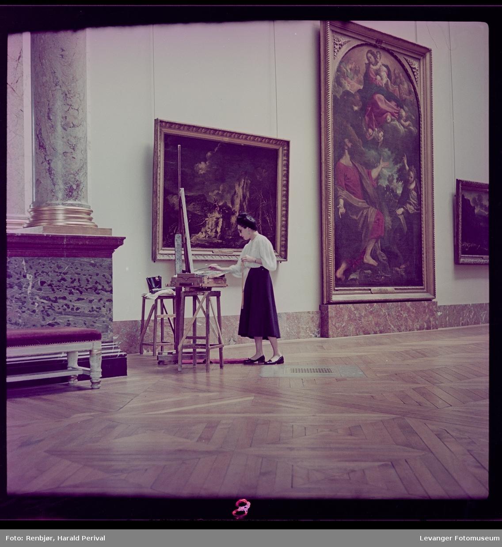 Kvinner maler ett bilde i Louvre (kopierer) med staffeli og målestokk.