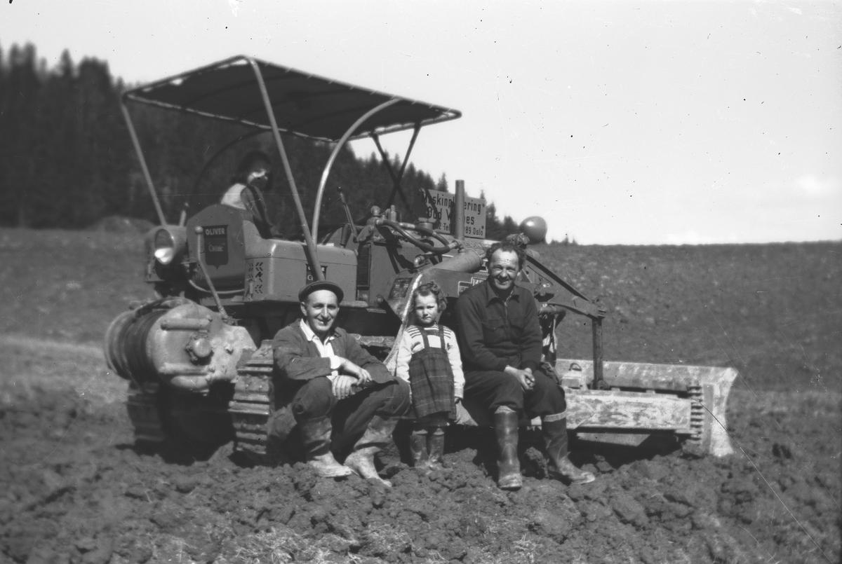 Planering med bulldozer på Kjærsrud. Fra v.: Fr. Breier.