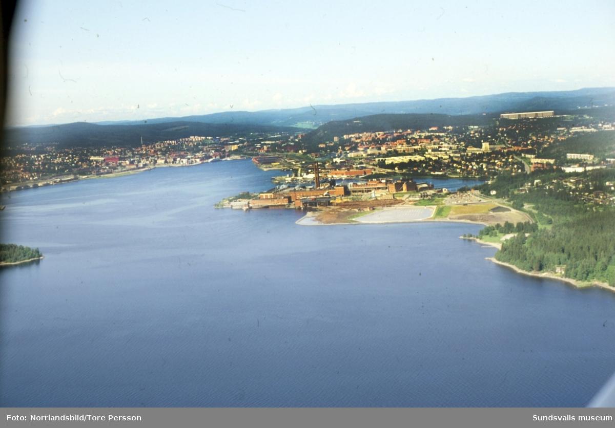 Flygfoto taget från fjärden in mot Sundsvall med Ortvikens pappersbruk mitt i bilden.