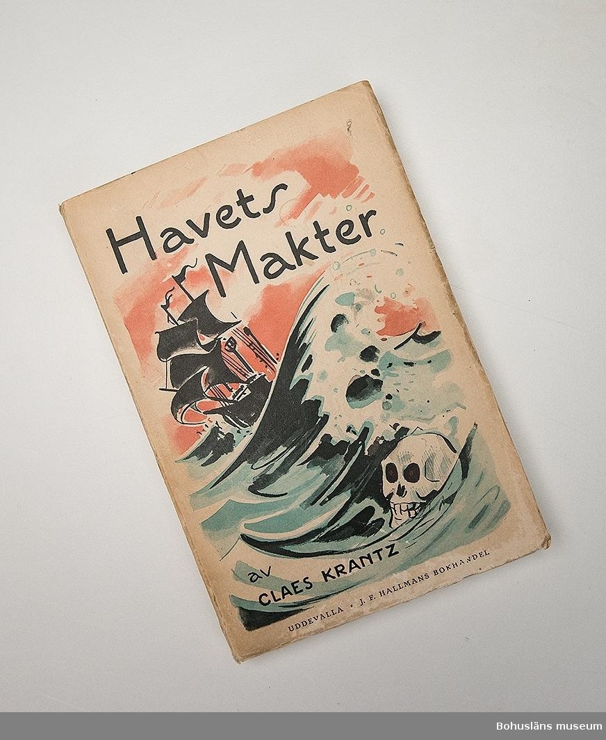 """Bok tryckt på  Hallmans boktryckeri i Uddevalla med omslagstext: Havets makter av CLAES KRANTZ UDDEVALLA J. F. HALLMANS BOKHANDEL Häftad., 260 sidor. Illustrerat omslag i färg utfört av Viktor [Vicke] Lindstrand och med ett flertal svartvita illustrationer.   Bernhardson har antecknat """"Marstrandsförfattaren"""" ovan Claes Krantz namn och på samma sida skrivit: Tilhör Carl-Gustaf Bernhardson Särö. -57 20/2.  HAVETS MAKTER EN KRÖNIKA OM STORMAR OCH SKEPPSBROTT, BÄRGNINGSVÄSEN OCH VRAKPLUNDRING, HAVSVIDUNDER, ISVINTRAR OCH SJÖRÖVARE SAMT SJÖMÄRKEN, FYRAR OCH LOTSAR VID BOHUSKUSTEN Omslagsteckning av Viktor Lindstrand UDDEVALLA 1928 HALLMANS BOKTRYCKERI A.-B."""