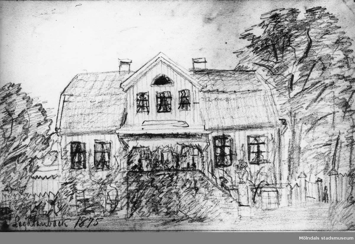 """""""Lagklarebäck 1895."""" Den gamla mangårdsbyggnaden Lackarebäcks gård (bostaden med frontespis) från väster eller från trädgårdssidan. Huset brann 1895. Foto av en osignerad teckning."""