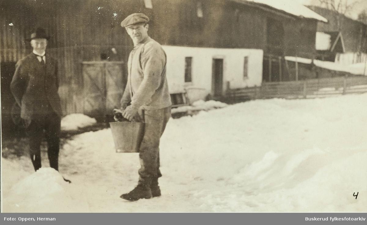 Øvre  Lundesgaard på Sokna Ved stallen Jens Hveem f. 1880 Anders Stømsodd