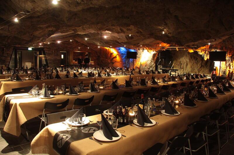 Bord dekket opp i festsalen. (Foto/Photo)