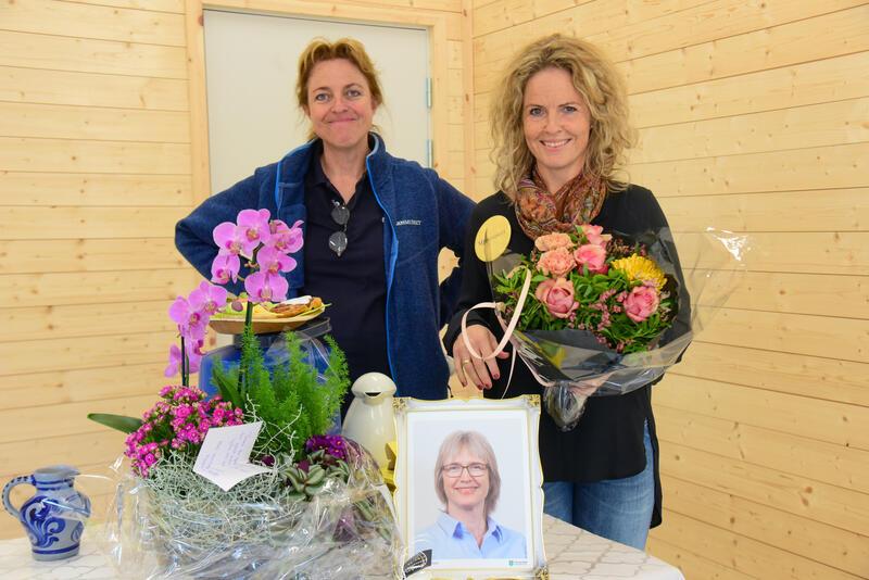 Jorid Almås og prosjektansvarlig Rina Nysethbakken Hanestad fikk velfortjente blomster for innsatsen med museets gjenstander. (Foto/Photo)