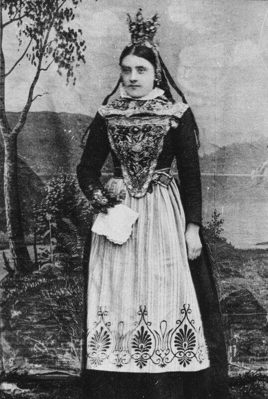 Marit Fremstugjelten, Dalsbygda, pyntet som brud. F. 1868 og gift et seg 1888 med Jon Fremstugjelten. Jon var bror til Petra Nysted Engvoll's bestemor. Brura, Marit, var søster til Petras bestefar. Brudekrona ble solgt i 1901 e. 1902, og er antakelig identisk med den som er på Bygdøy Folkemuseum. (Foto/Photo)