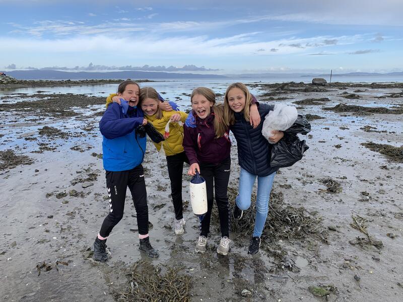 """Elever ved Charlottenlund barneskole har samlet haugevis av plast som skal brukes i det store materialbildet """"Plastsolen"""". Foto: Eirik Audunson Skaar. (Foto/Photo)"""