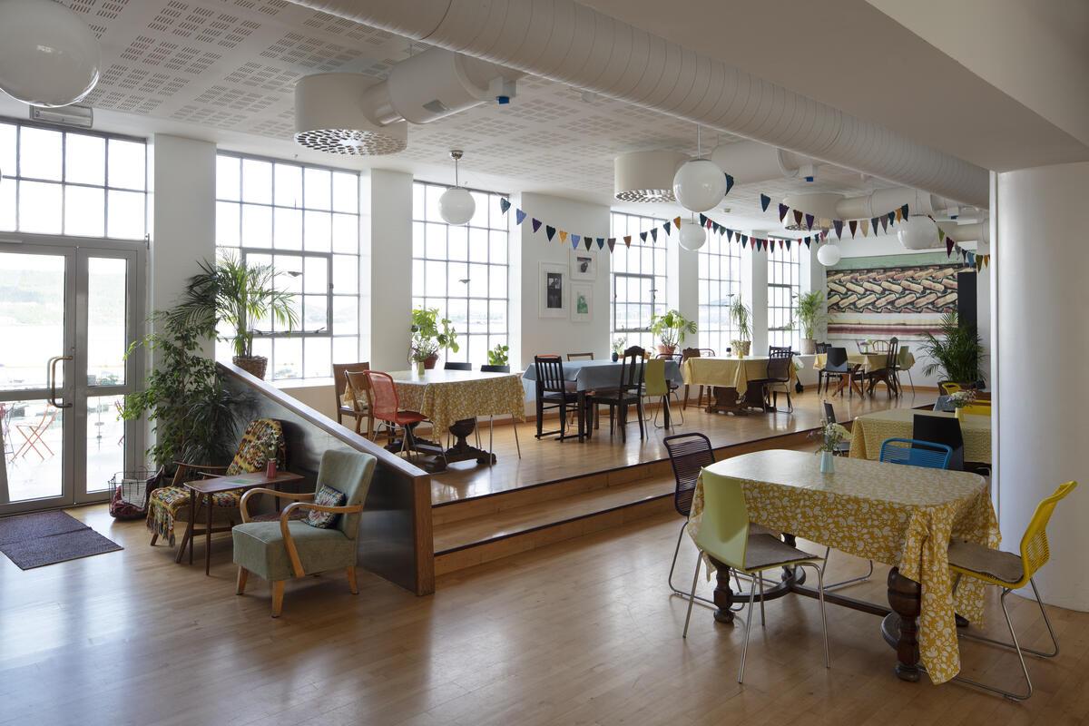 Tomt kafélokale med bord og stolar (Foto/Photo)