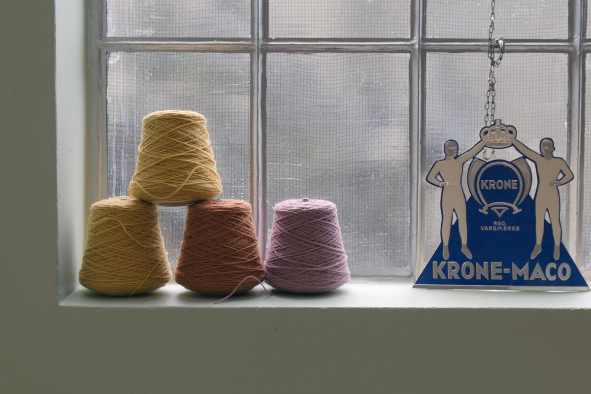 fire garnkoner i ein vindaugskarm, reklame (Foto/Photo)