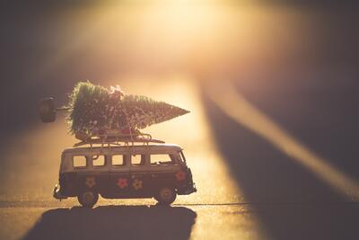 Bildet viser en lekebil med et juletre på. Foto/Photo